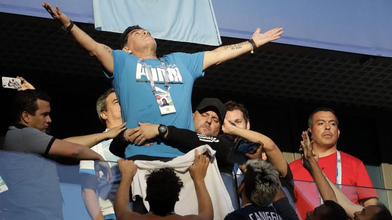Özil, Maradona und derStinkefinger